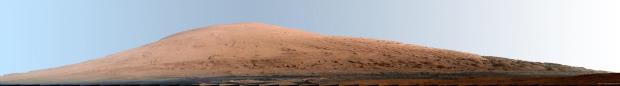 """imagine alterată de NASA cu balans de alb dedicat pentru """"a recunoaște mai ușor rocile""""."""