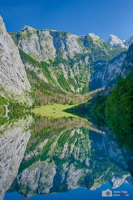 Bine ascuns între munți, lacul Obersee oferă reflexii deosebite.